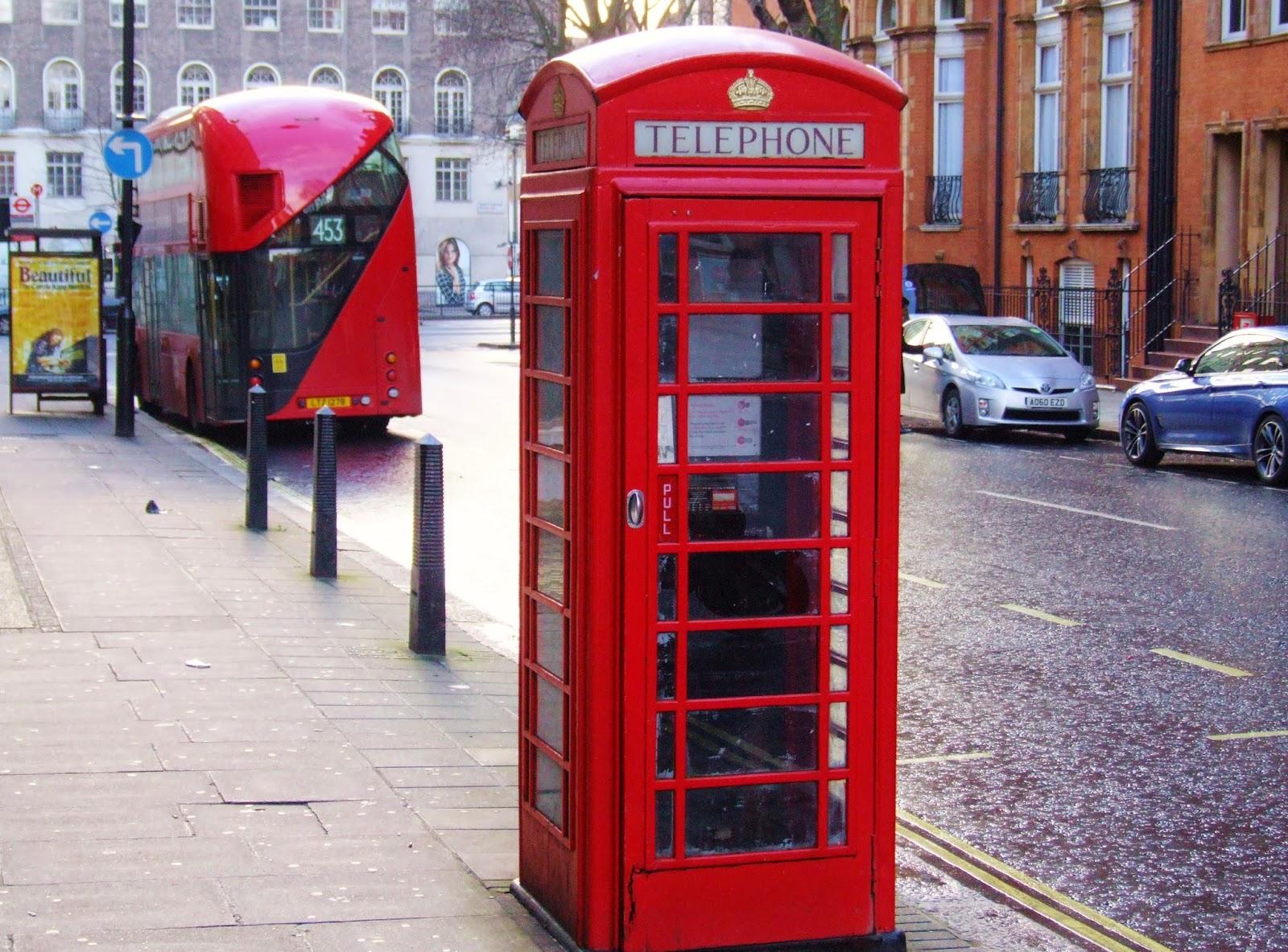 Londyńskie symbole: czerwona budka telefoniczna i piętrowy autobus.
