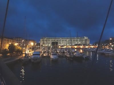 El Puerto de Savona. Savona es una ciudad italiana de la región de Liguria, a 45 kilómetros de Génova. Savona es también un importante puerto turístico, el mismo se encuentra sobre el Mar Mediterráneo.