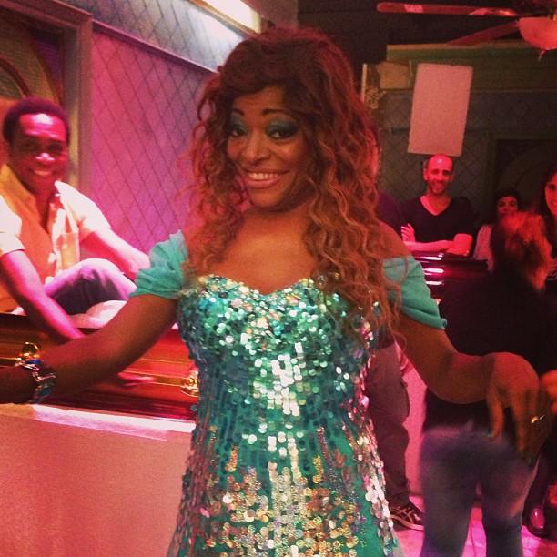 A cantora Mart'nália usa peruca e vestido com brilhos durante as gravações do seriado 'Pe na Cova' (Foto: Reprodução/Twitter)