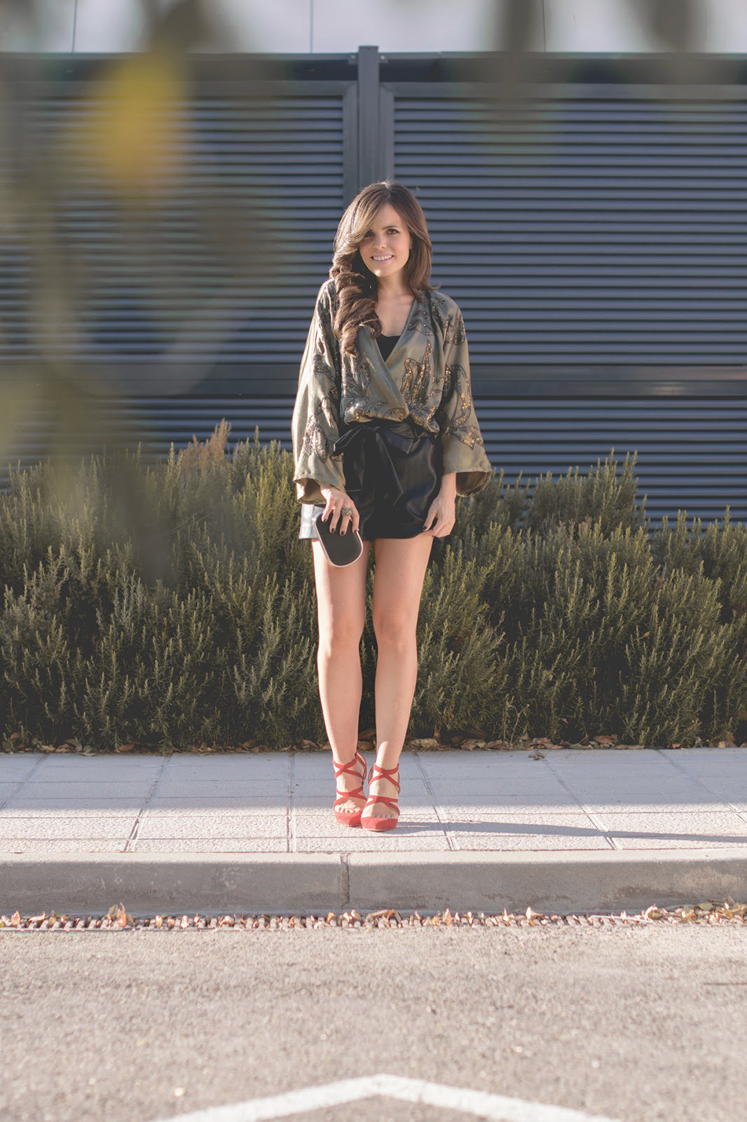 Look de noche con kimono de Mango y shorts de cuero de Zara