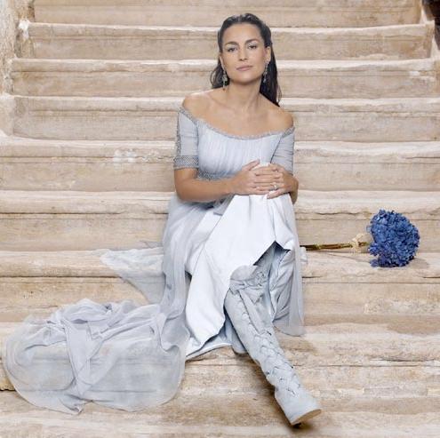 María Palacios el dia de su boda con Alessandro Lecquio, vestida con botas altas