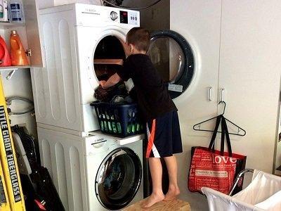 Melatih Anak Lakukan Pekerjaan Rumah Tangga
