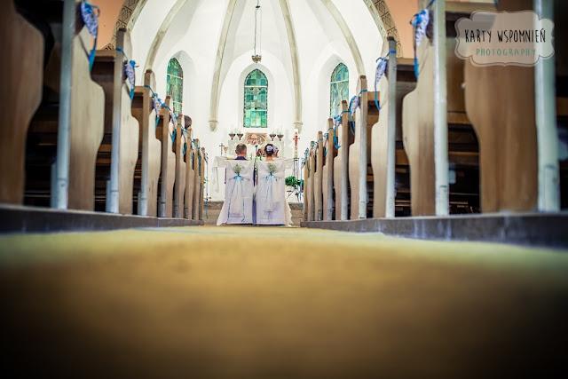 Ślub w górach Kotlina Kłodzka dekoracja kościoła w hortensjach na niebiesko