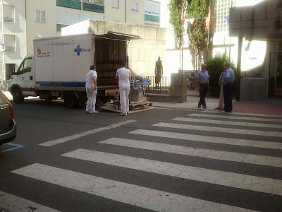 tecnicos cargan el camión que se lleva material del hospital de Béjar