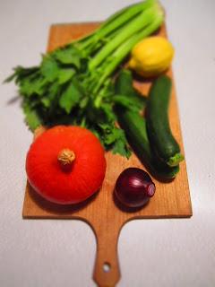 Kürbis, Zwiebeln, Zucchini, Sellerie, Zitrone auf Schneidebrett