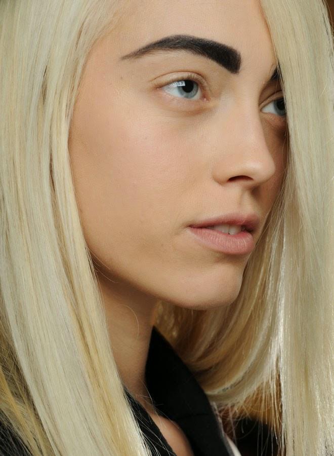 blond vlasy tmavé obočí