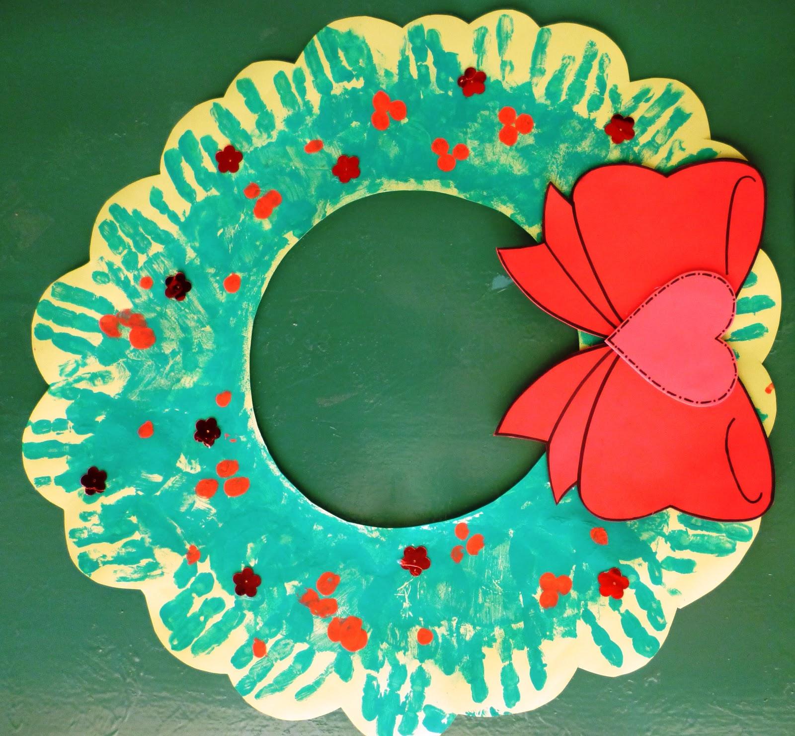 para trabajar esta corona navidea cada nio estampa su manito con los dedos hacia afuera luego para hacer los detalles rojos estampan sus huellas