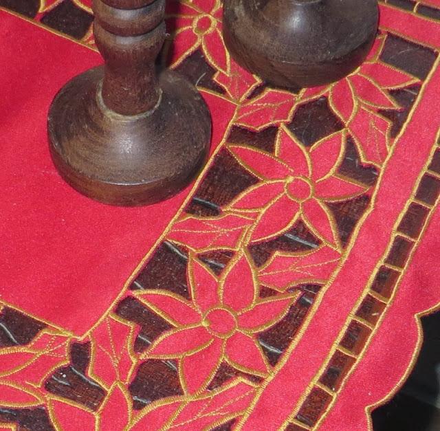 Ampliação de Fotografia macro de Naperon Vermelho e Castiçais de Madeira