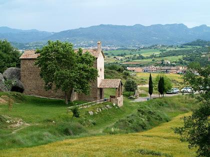 La capella de Sant Marc dels Bassacs venint des de ponent