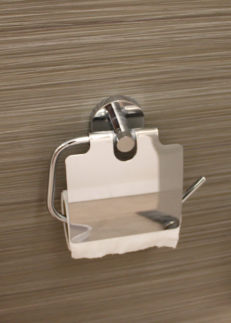 Grohe Essentials Toilet Paper Holder with Cover 40 367