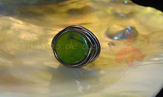 Anillo aluminio marrón y piedra verde tipo botón