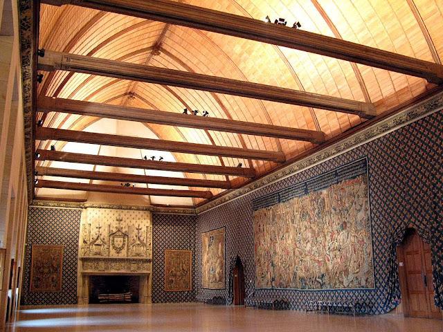 O futuro rei ficava aguardando ser chamado no Palácio do Tau,  contiguo à Catedral