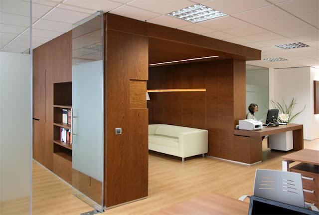 Almacenamiento oculto orden y dise o en madera espacios for Muebles para despacho de abogados