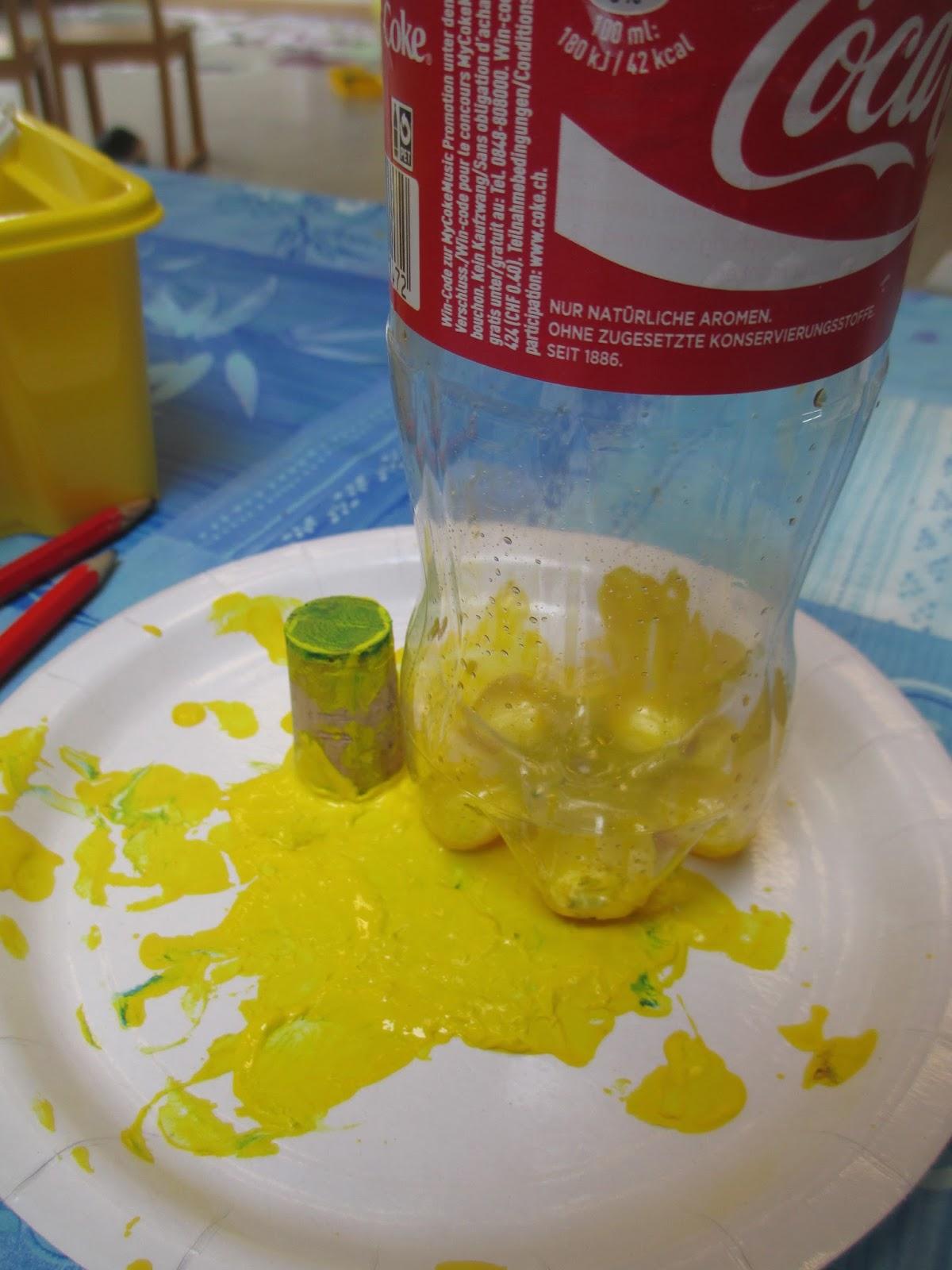 Märlimuus: Blumenwiese mit Petflaschen stempeln