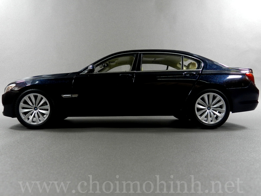 BMW 750Li 1:18 Kyosho side