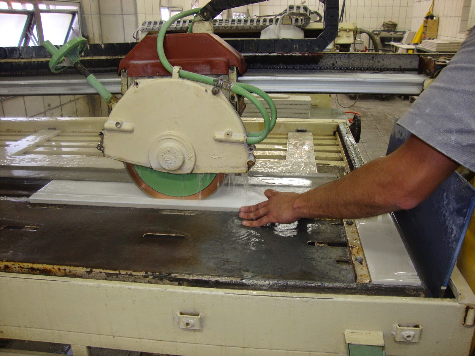 espanhol para o corte de porcelanato para montagem da bancada #673E2A 1600x1200