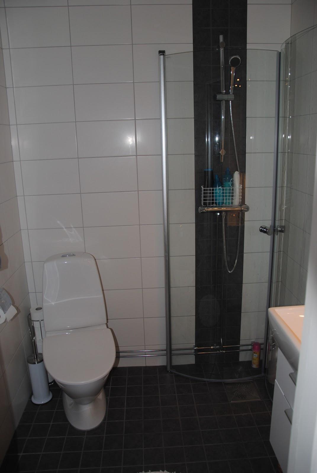 Vårat lilla hus: vårat badrum, litet och funktionellt..