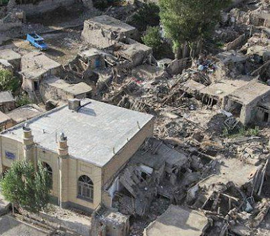 تصویری که دلگیرم می کند خانه های مردمانش از گل و چوب مسجدشان از آهن و آجر و پا بر جا.!!