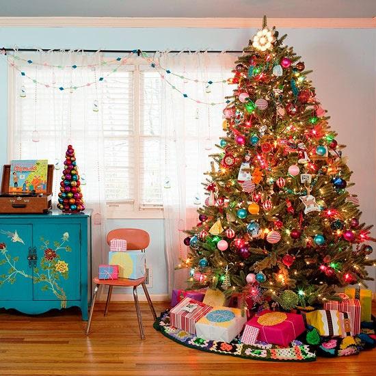 arbol de navidad de colores e iluminado
