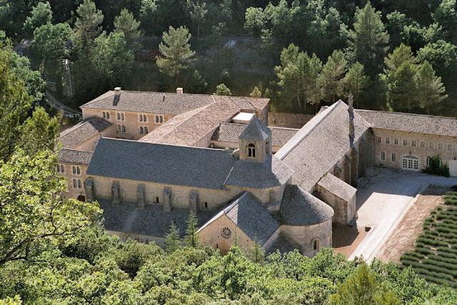L'abbaye de Sénanque se visite à partir de la maison en location à Gordes
