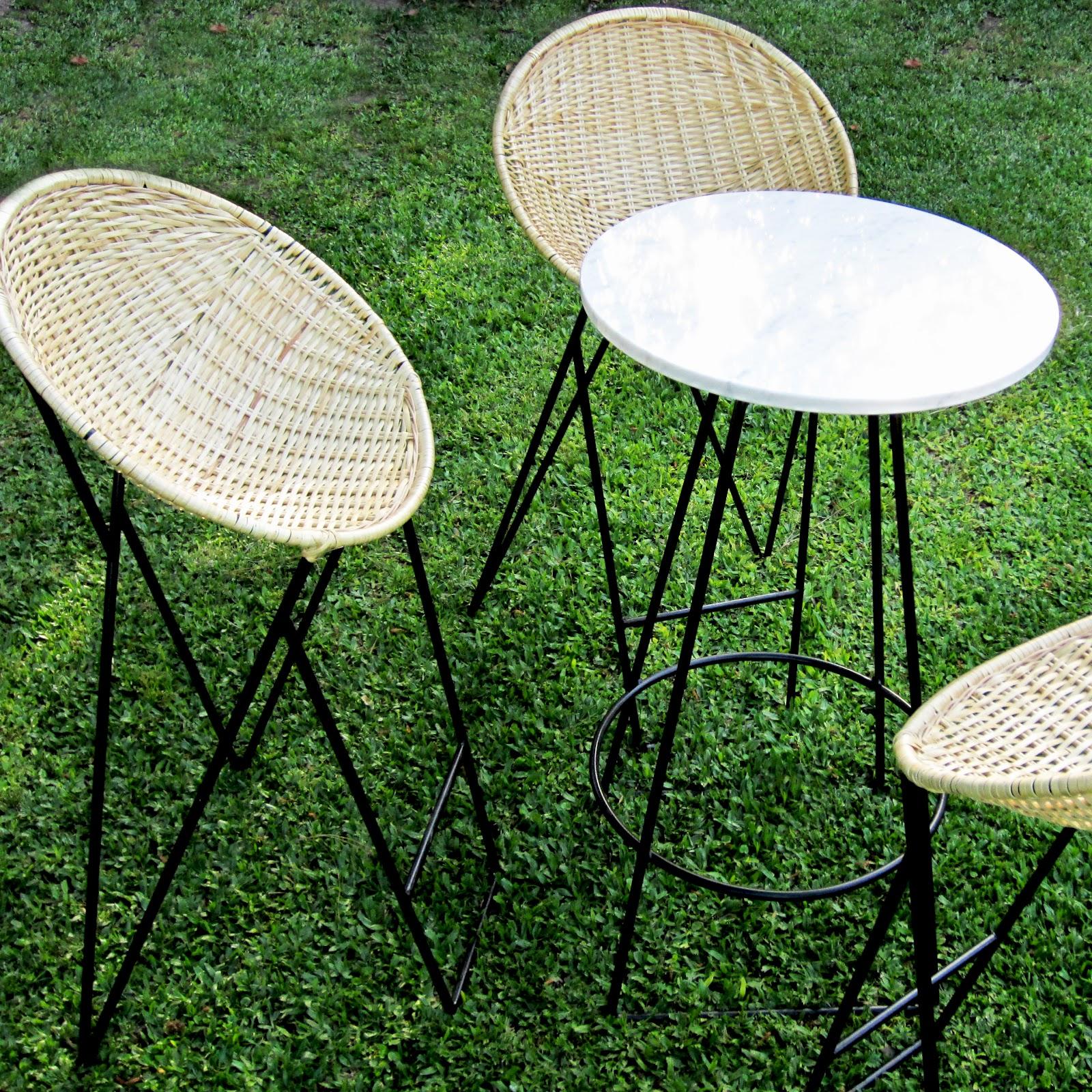 broca: banquetas mimbre + mesa alta
