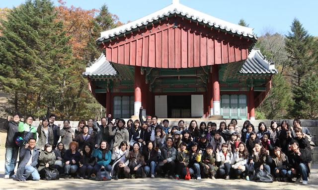 Foto de grupo en las Tumbas reales de Gwangneung