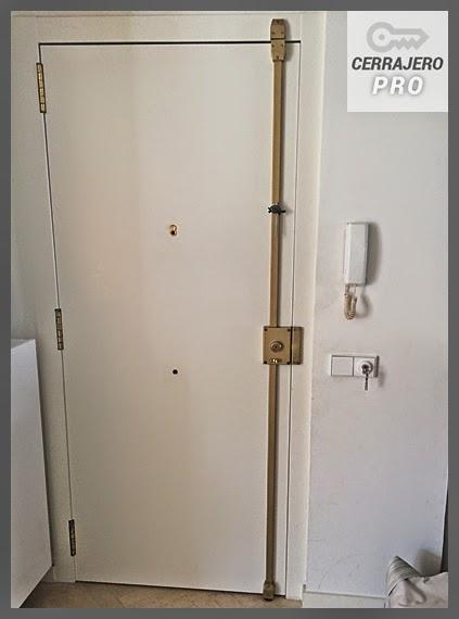 Instalaci n de cerraduras con barras de seguridad en barcelona for Cerraduras de seguridad para puertas