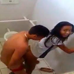 Aluna de Nova Iguaçu no RJ caiu na net dando no banheiro da escola - http://videosamadoresdenovinhas.com