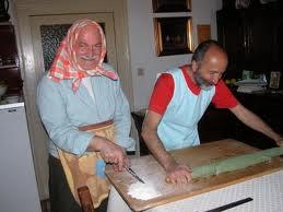 Paolo e Antonio preprarano la pasta all'ortica