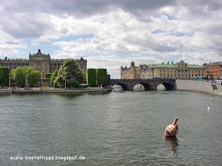Boje in Form einer Hand im Hafen von Stockholm