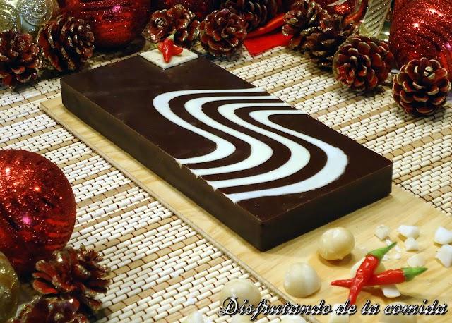 Turrón de Chocolate con Chile y Nueces de Macadamia