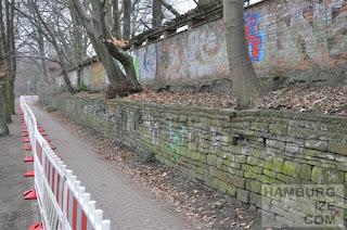 Kaifuradweg: Bäume bedrohen die Stabilität des Mauerwerks