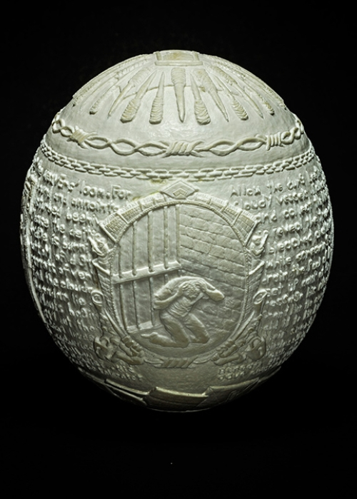 08-Jargon-Gil-Batle-Hatched-in-Prison-Carvings-on-Ostrich-Eggs-www-designstack-co