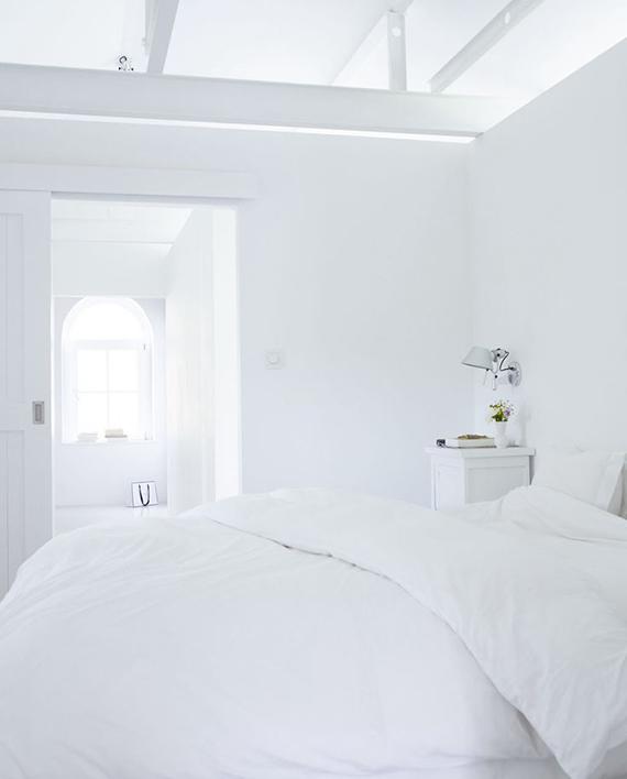 White bedroom to make you dream | Image via vtwonen