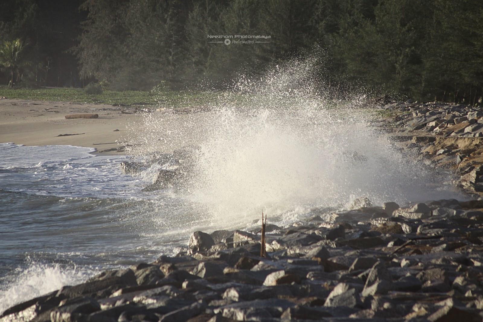 Ombak besar di Pantai Tok Jembal
