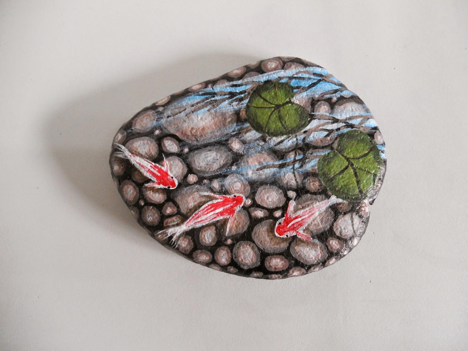 Piedras pintadas a mano carpas koi en estanque for Mano mano carpas