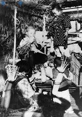 毎日新聞の昭和写真館から: 出荷用の大根をむさぼる飢えた子供たち (1947)