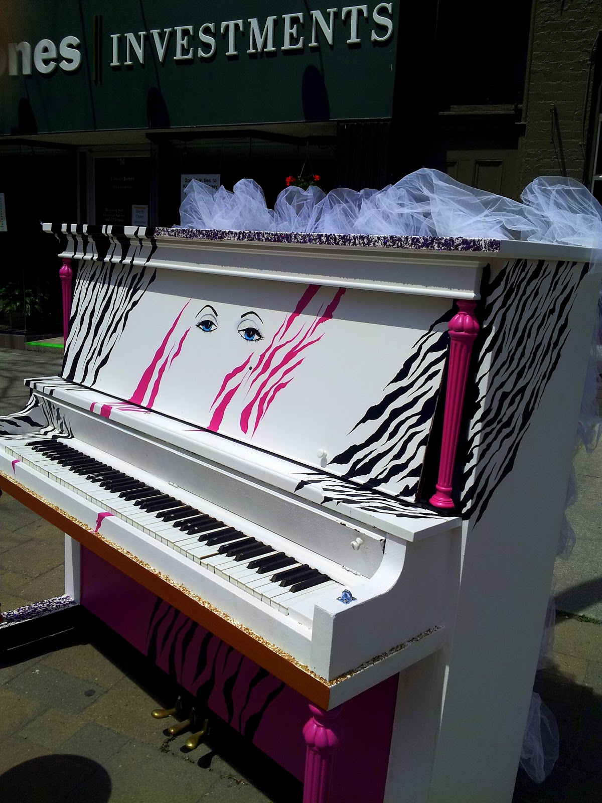 Robin 39 s ramblings street pianos cobourg for Piano diviso