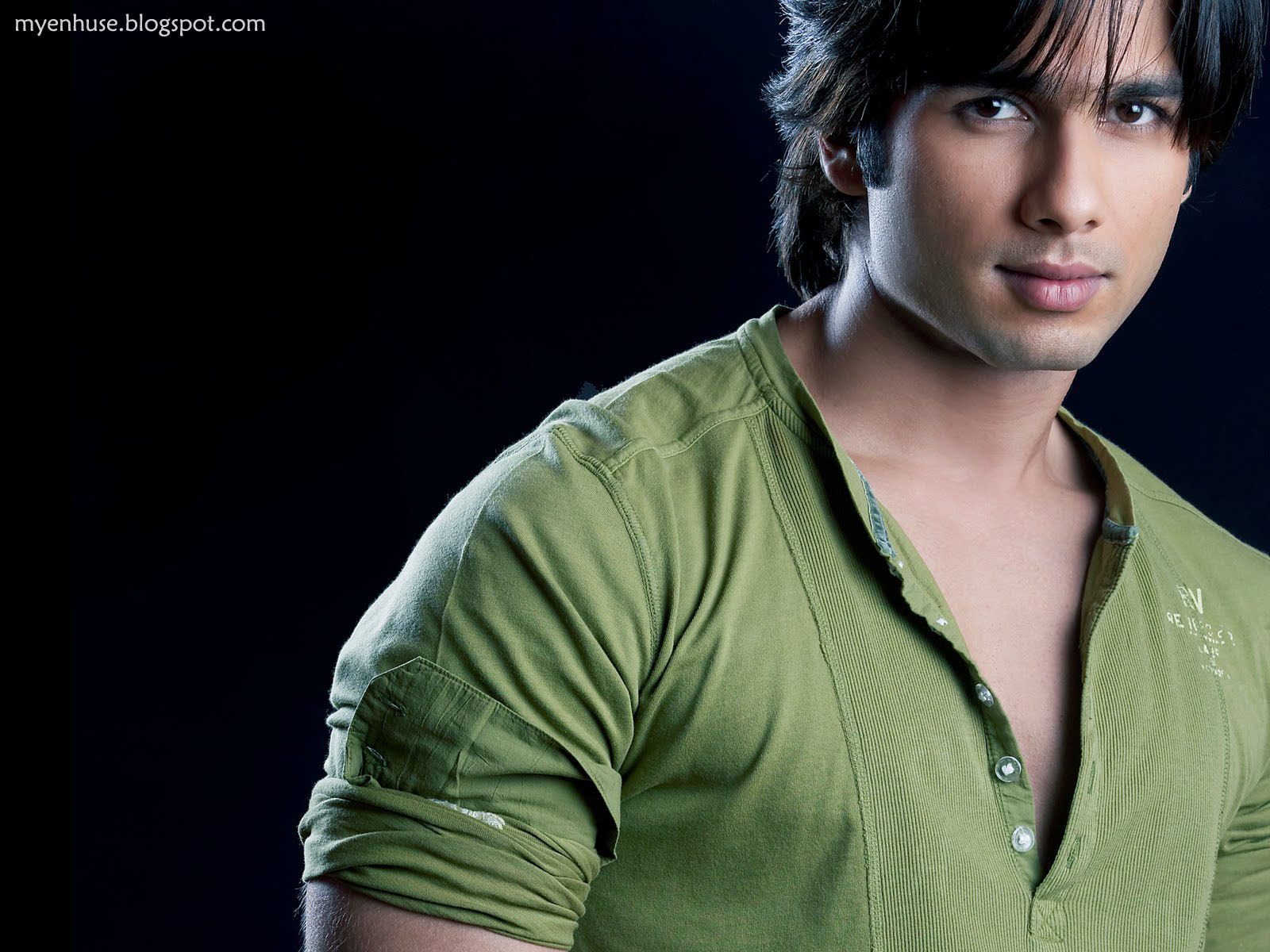 shahid kapoor in green tshirt