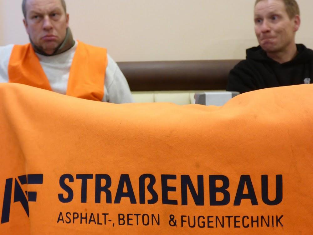"""""""STRAßENBAU"""" steht auf Schutzwesten von Bauarbeitern"""