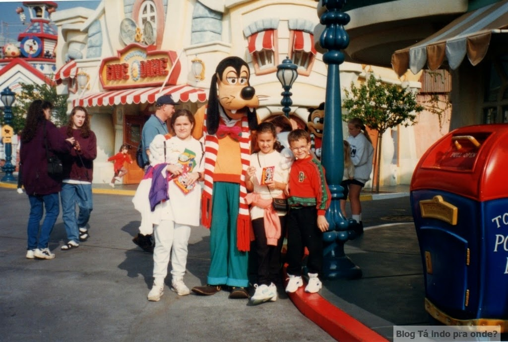 pegando autógrafo dos personagens da Disney