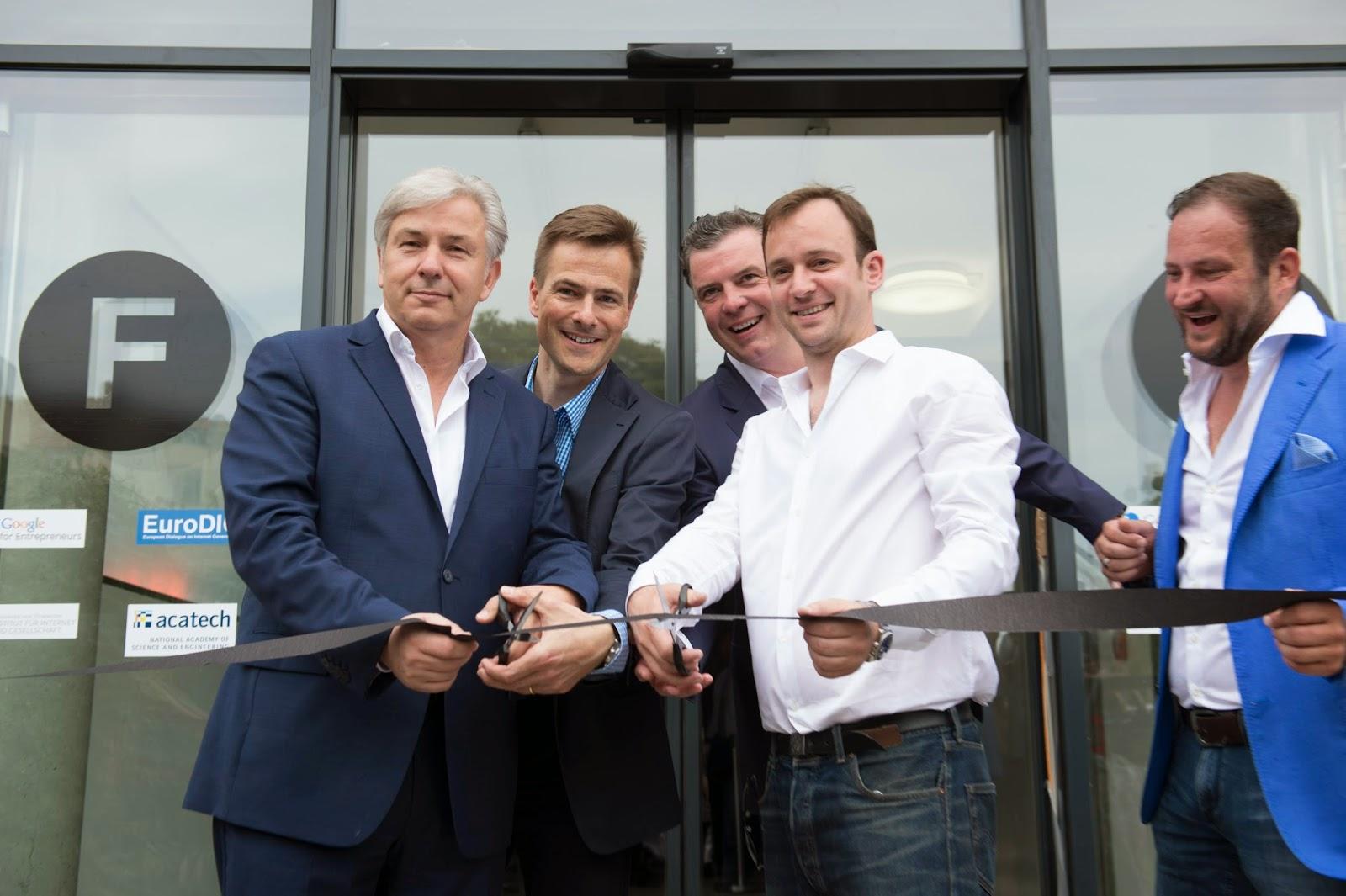 Gruppenbild bei der Eröffnung der Factory Berlin.