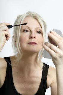 7 dicas de maquilhagem para mulheres +40 - máscara com volume