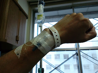写真:点滴をする左腕の前腕