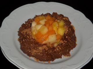 ... tartara di frutta su mousse di cioccolato fondente all'arancio e amaretti ...