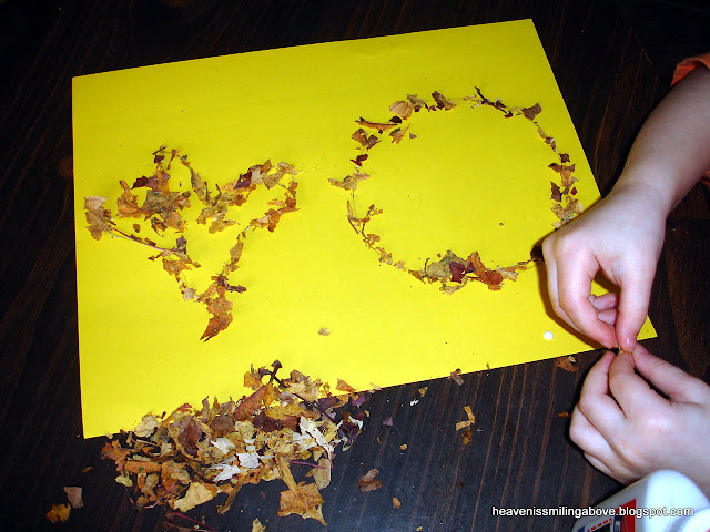 How to make a cheap easy fun leaf craft Heaven is Smiling Above #craft #toddlers #preschool #leaves #autumn #fall heavenissmilingabove.blogspot.com