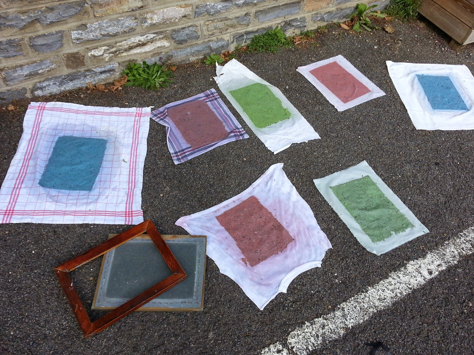 le blog de l 39 ecole sainte bernadette les ce apprennent fabriquer du papier recycl avec romain. Black Bedroom Furniture Sets. Home Design Ideas