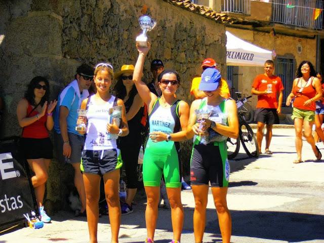 Eva Mª Martínez levanta su trofeo