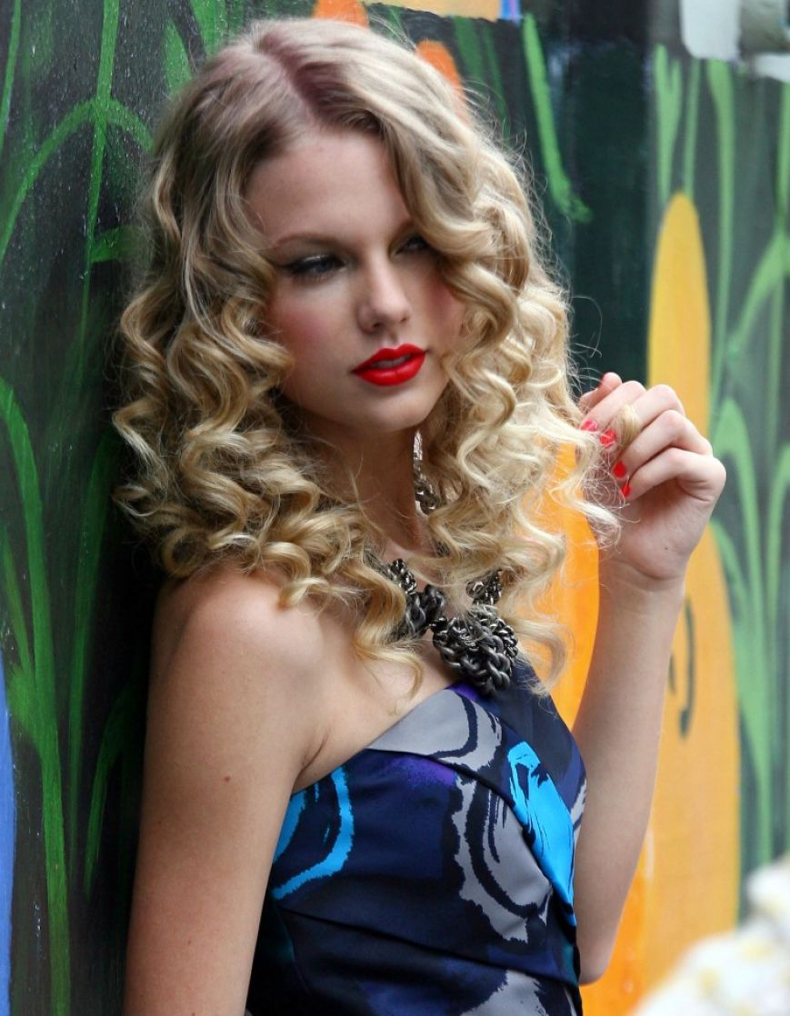 Hairstyles Popular 2012 Celebrity Taylor Swift Curly Blonde