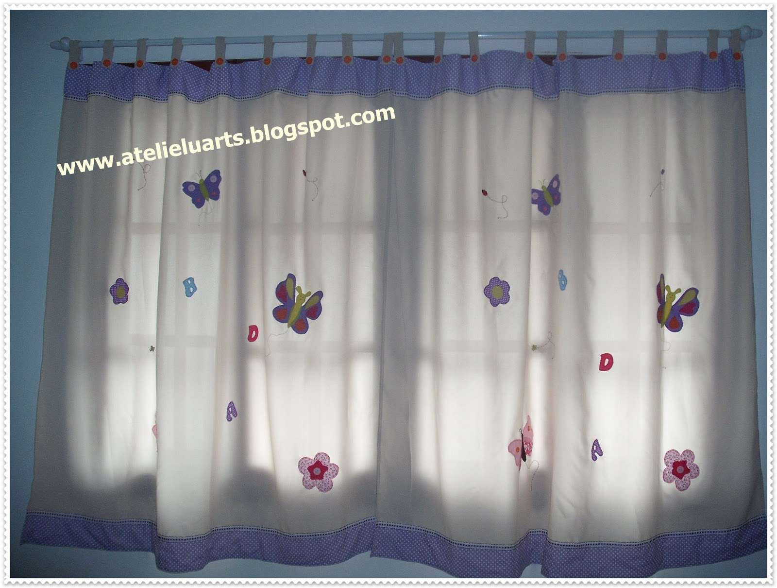 Ateli luarts cortina quarto infantil aplicada for Cortinas para aulas